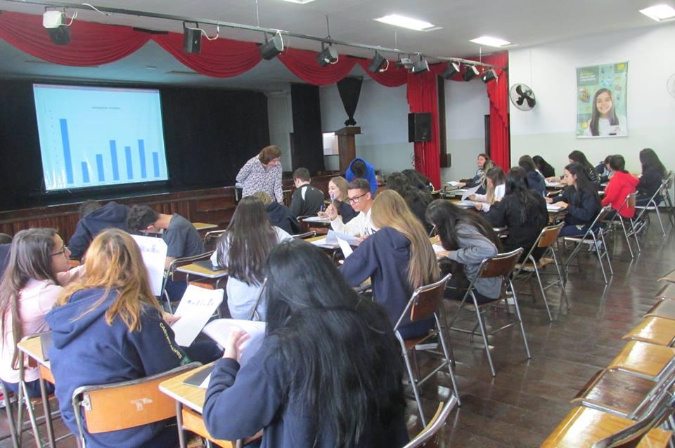 Alunos do Colégio Castro Alves participando de uma palestra sobre inteligencias múltiplas